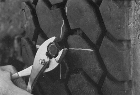 Ремонт протектора радиальных грузовых покрышек радиальными пластырями РМ10 Tech Шлифовальные шарики Шиноремонтный инструмент Шиноремонтные материалы Шиномонтажник Шиномонтаж Шероховальные машинки Технология ремонта Тальк шиномонтажный Сырая резина Ролики закаточные Публикации Пластыри кордовые Очиститель Ножи для шиномонтажа Мел для шиномонтажа Машинка для нарезки протектора Клей Вулканизационная жидкость Вулканизатор Восстановитель бескамерного слоя Tech
