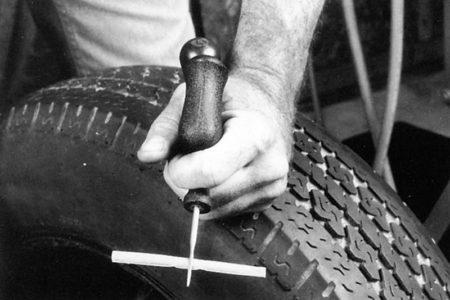 Ремонт бескамерных покрышек с помощью бутилкаучуковых жгутов РМ14 Tech Шнуры для ремонта шин Шиноремонтный инструмент Шиноремонтные материалы Шиномонтажник Шиномонтаж Технология ремонта Публикации Ножи для шиномонтажа Мел для шиномонтажа Клей Иглы для затяжки шнуров Жидкость контроля утечек Вулканизационная жидкость Tech