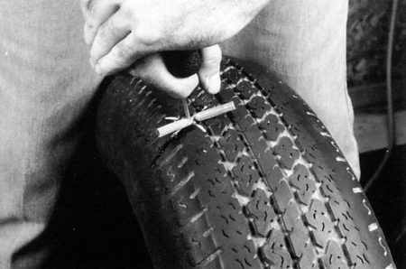 Ремонт бескамерных покрышек с помощью жгутов РМ6 Tech Шнуры для ремонта шин Шиноремонтный инструмент Шиноремонтные материалы Шиномонтажник Шиномонтаж Технология ремонта Публикации Ножи для шиномонтажа Мел для шиномонтажа Клей Иглы для затяжки шнуров Жидкость контроля утечек Вулканизационная жидкость Tech