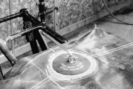 Ремонт вентиля на автомобильной камере методом холодной вулканизации РМ2 Tech Шлифовальные шарики Шиноремонтный инструмент Шиноремонтные материалы Шиномонтажник Шиномонтаж Шероховальные машинки Технология ремонта Тальк шиномонтажный Ролики закаточные Публикации Очиститель Обезжириватель Ножи для шиномонтажа Мел для шиномонтажа Латки для ремонта камер Клей Вулканизационная жидкость Вентили для ремонта камер Tech