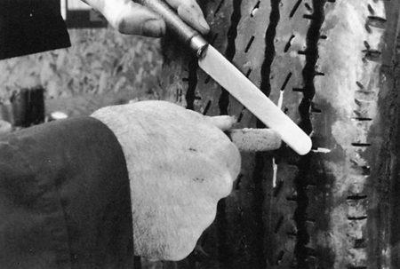 Ремонт радиальной грузовой покрышки с помощью грибка РМ3 Tech Шлифовальные шарики Шиноремонтный инструмент Шиноремонтные материалы Шиномонтажник Шиномонтаж Шероховальные машинки Технология ремонта Тальк шиномонтажный Скребки шиномонтажные Ролики закаточные Публикации Очиститель Обезжириватель Ножи для шиномонтажа Мел для шиномонтажа Клей Карбидные фрезы Грибки для ремонта шин Вулканизационная жидкость Восстановитель бескамерного слоя Tech